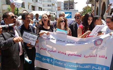 صحافيون ونقابيون وحقوقيون يتضامنون مع فاطمة الحساني مطالبين برحيل الهاشمي